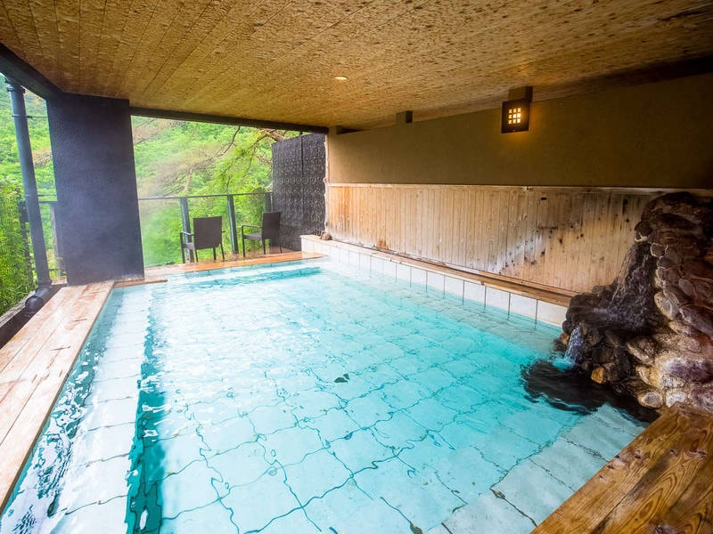 【男性用大浴場・露天風呂】豊かな自然に囲まれた浴場