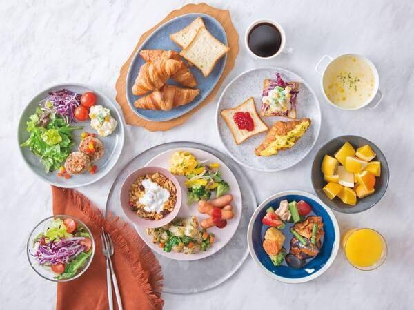 【朝食/例】手作り惣菜、多種多様なドリンク・サラダ・ドレッシング・パンを日替わりでご用意
