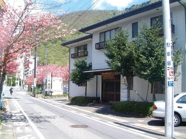 【外観/例】鬼怒川温泉駅から徒歩約3分。全6室の小さな宿