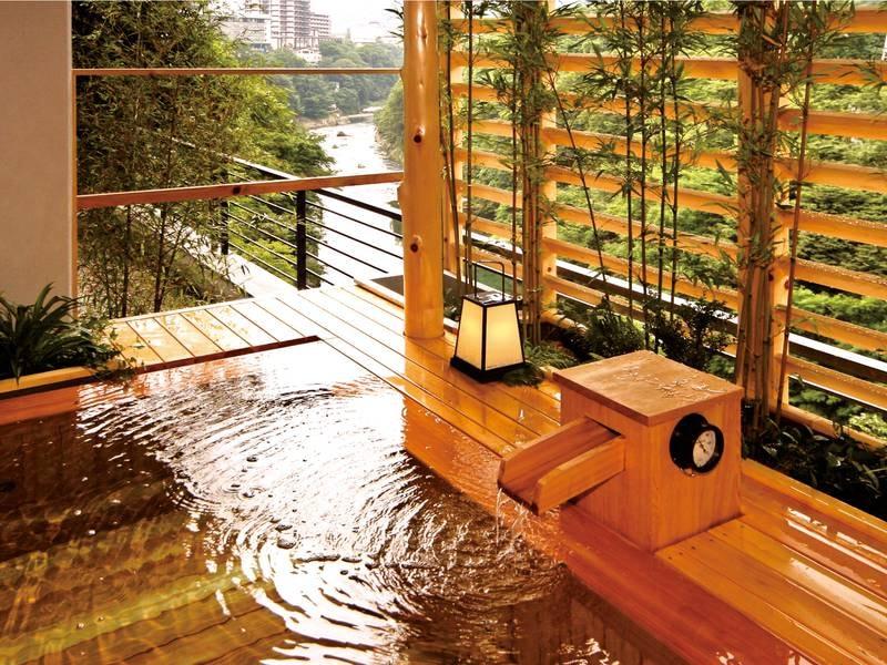 【露天風呂】柔らかな湯の香りに抱かれながら、鬼怒川の流れを見下ろす露天風呂