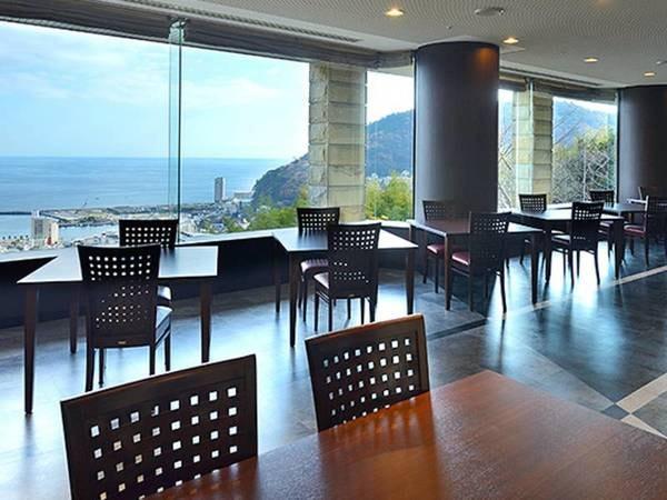 【レストラン かぐや】眺望が自慢のレストラン。マリンブルーの相模湾と熱海市街の眺望をお楽しみください。