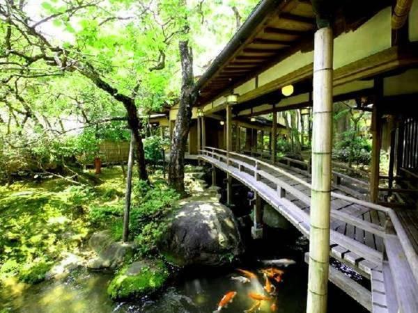 【登録文化財「渡りの橋」】明治32年築。多くの文人墨客もこの橋を渡りました