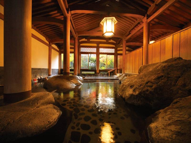 【大浴場・天平大浴堂】圧巻!昭和9年築の文化財の大浴堂。様式・材質・技術と全てにおいて匠の技を注いだ名建築。あえてシャワーはなく、桶で身体を流すスタイルでその荘厳な雰囲気を心ゆくまで満喫できる