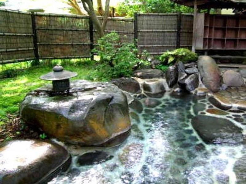 【野天風呂・木漏れ日の湯】木漏れ日をあびながら湯を愉しむ
