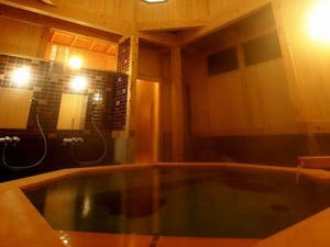 【貸切風呂・睡蓮】檜風呂は木のぬくもりを感じられる