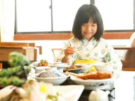 【お食事風景イメージ】夕食・朝食ともにお部屋食でゆったりと