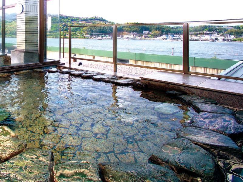 【露天風呂】雄大な浜名湖を望みながらの湯浴み
