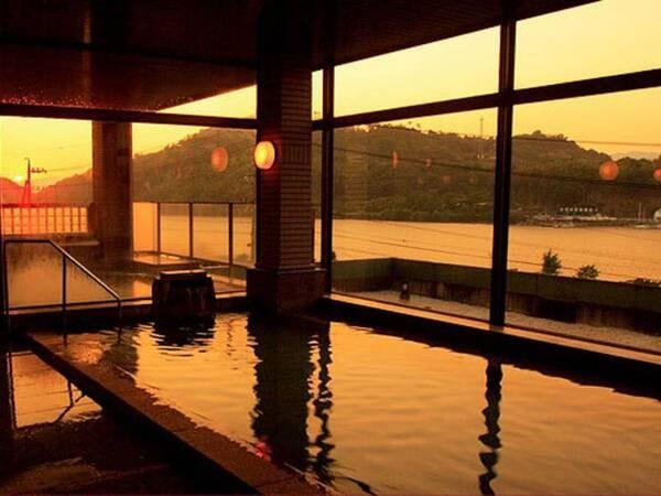 【大浴場】天気が良いと浜名湖の景色と沈む夕陽を見ることができます