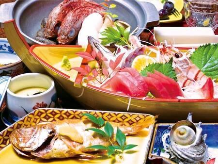【金目鯛・海鮮会席の夕食/例】金目鯛姿煮、かさご入り石焼き鍋、さざえ網焼、手長海老・アジ姿造り入り舟盛など