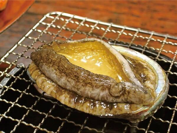 【あわび付!金目鯛・海鮮会席の夕食/例】あわび踊り焼き、金目鯛姿煮、名物かさご入り石焼き鍋、舟盛 など