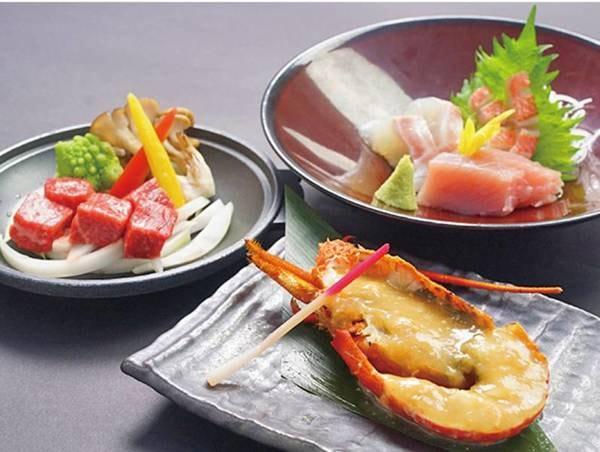 【夕食/例】メインは海の香りがたっぷりの伊勢海老の焼き物やとろける旨味が魅力の和牛の陶板焼き