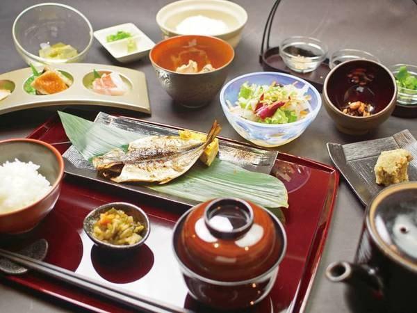 【朝食/例】地鯵の干物のほか、身体に優しい和食。宿名物の金目鯛茶漬けも人気の逸品