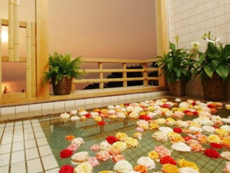 【貸切風呂】海を望める貸切風呂は空いていればいつでも利用可能※花は記念日プランのもの
