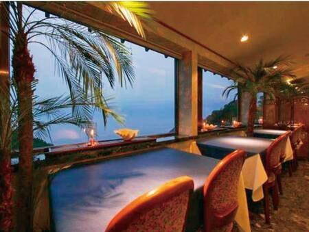 【食事会場/例】夕暮れ時のレストラン!テーブルは海向きor向合せでレイアウトが異なります