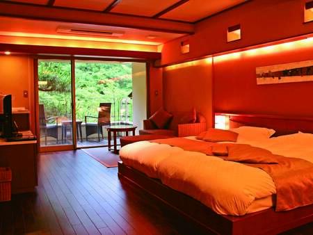 【東館客室一例】シックな色合いのベッドルームと、過ごしやすい和室の上質空間