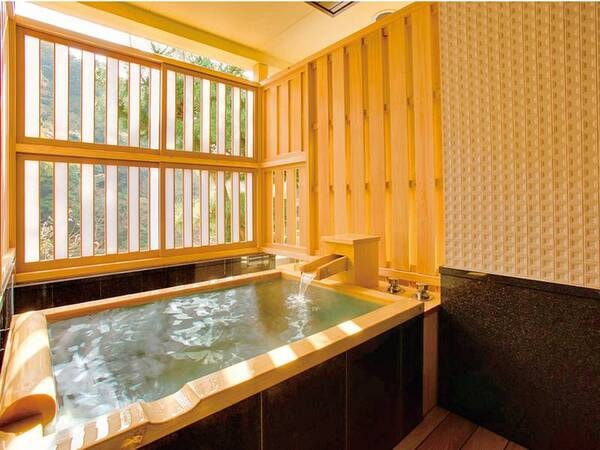 【東館客室一例】お部屋には木の香ただよう半露天風呂付き