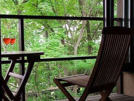 【客室/例】ウッドデッキで森林浴。野生のリスに出会えることもあります♪