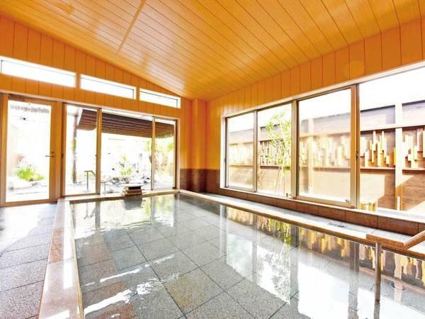 【大浴場】大きな窓の解放感が心地よい大浴場