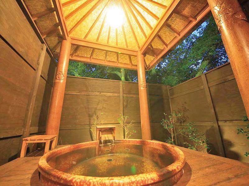 【無料貸切風呂】信楽焼の湯船とバリの東屋を組み合わせたアジアンな空間