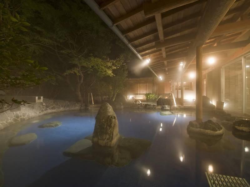 【男性露天風呂(夜)】落ち着いた雰囲気の中庭園を眺めながらゆっくりと