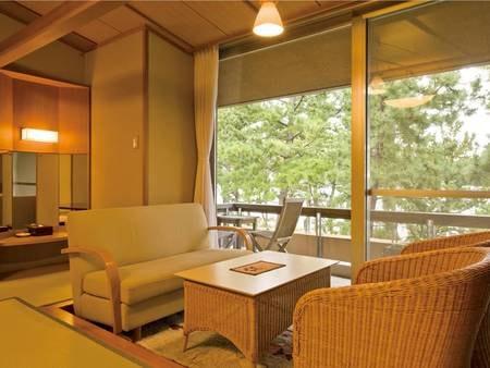 【客室/例】12.5畳+ゆとりの広縁+バルコニー付の和室。松林越しに弓ヶ浜を望む。Wi-Fi完備!