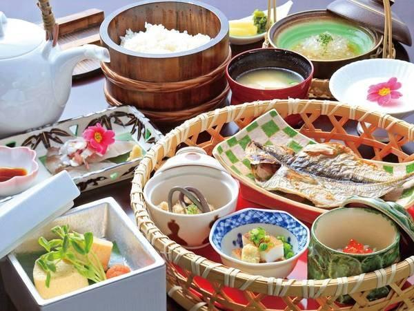 【朝食/例】伊豆の味覚が詰まった小箱や土鍋ごはん等が膳を賑わす