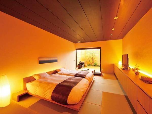 広いテラスと、大人2人が手足を伸ばしても余裕がある大きな露天風呂付き客室/例