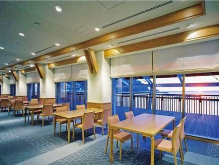 【食事会場】夕食・朝食とも、海の見えるレストランで
