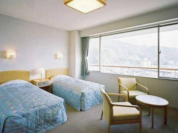 【町側洋室/例】伊豆の豊かな山懐に抱かれた松崎の町並みを眺望できる