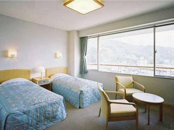 【町側洋室・禁煙/例】伊豆の豊かな山懐に抱かれた松崎の町並みを眺望できる