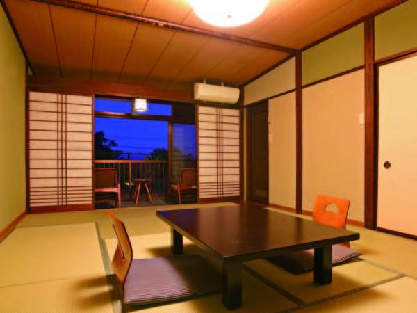 【客室/例】12畳和室または和ベッドのプチスイート(宿おまかせ)。建物越しの海眺望