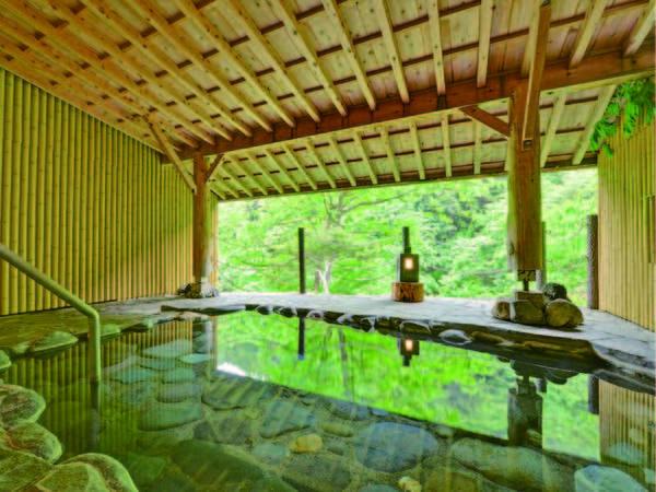 【四万ゆずりは荘】【夕食・風呂高評価!】段差が少なく、館内の移動もしやすい造りです。かけ流しの露天風呂は夜通し入浴可能!