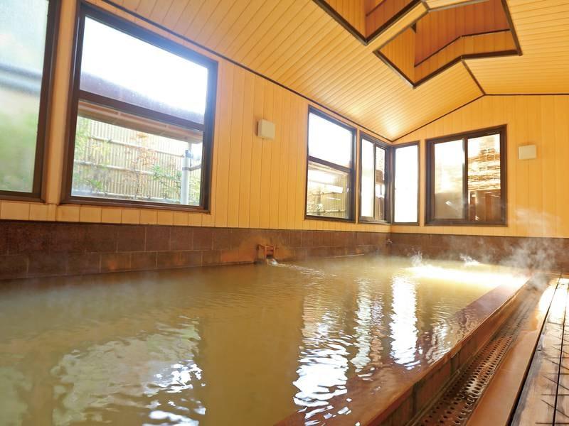 【大浴場・仁湯】5m×3mのサイズの大浴場は別名「温泉プール」とも