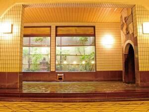 【大浴場・滝湯】レトロ感漂う雰囲気。名前通り滝のように「黄金の湯」が湯船に落ちてくる