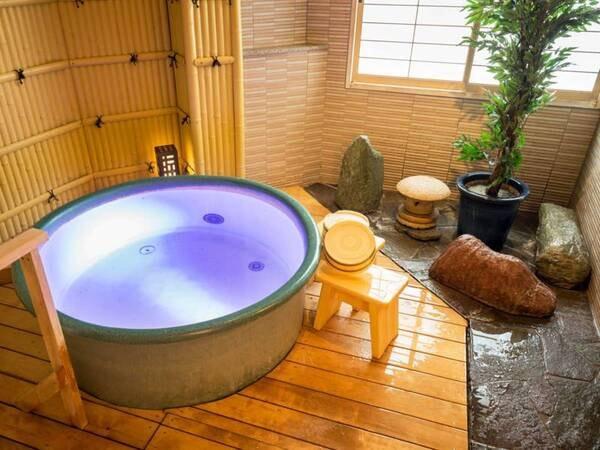 【貸切風呂「きごころの湯」】桶型の丸い浴槽は、カップルやご夫婦でのご入浴にぴったりのサイズです