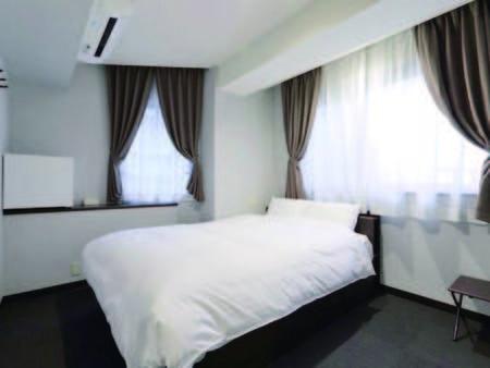 【客室/例】 7.5~12.3平米のお部屋に140センチのダブルベッドを配置