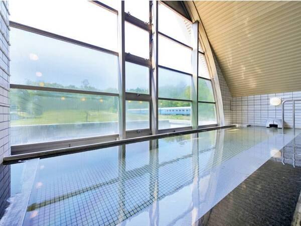 【大浴場】緑豊かな風景と列車を望む