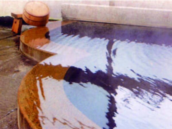 【大浴場】珍しい黒い湯花の弱アルカリ性をかけ流しで