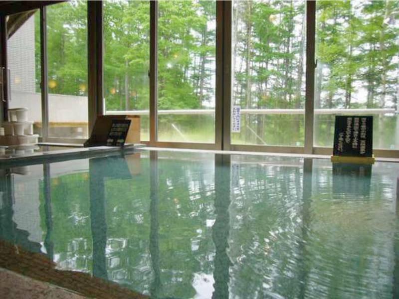 【大浴場】あつ湯・ぬる湯に分かれておりカラマツ林の四季折々の景色を眺める