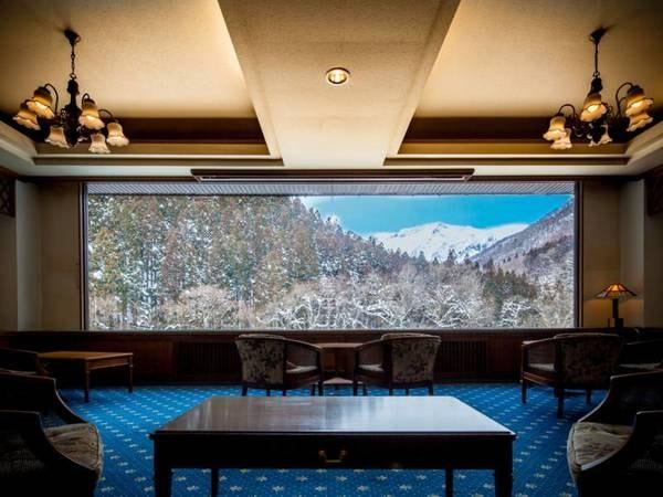 展望ラウンジ/目の前に広がる谷川岳が織りなす、四季折々の美しい景色