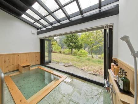 【客室半露天風呂眺望/例】移ろいゆく四季の景色を眺めながら湯浴み