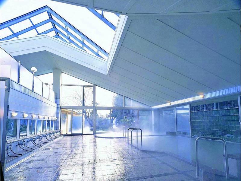 【併設日帰り施設「黄金の湯館」】スカイルーフ付きの開放的な大浴場
