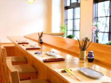 【食事処】オープンキッチンで夕食を楽しめる♪