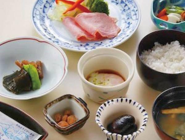 【朝食一例】地元産の花豆の甘露煮や温泉卵など
