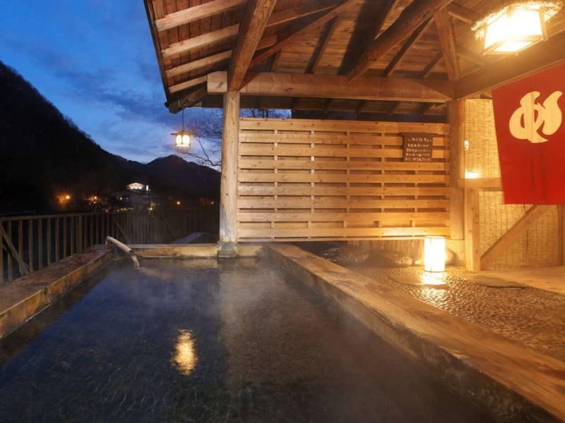 【露天風呂】夕暮れの露天風呂は昼間と違う風情があります