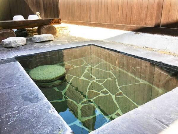 【露天風呂一例】開放的なつくりでのんびり寛ぐことができます