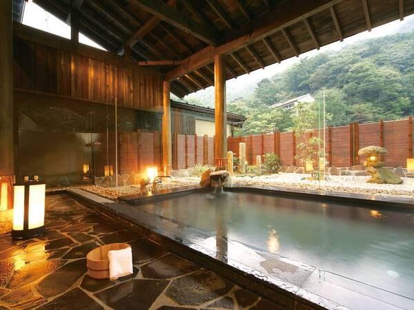 【露天風呂/みやびの湯 山科】山沿いの緑に囲まれた野趣あふれる雰囲気