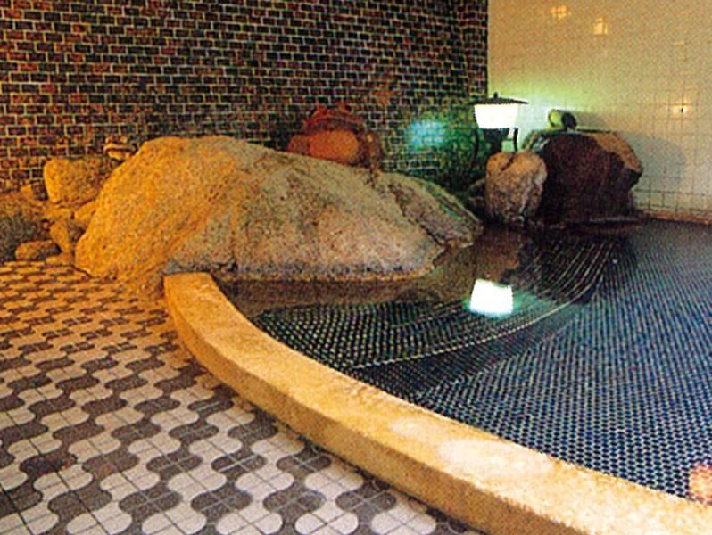 【大浴場/大石風呂】30トンもの巨岩が湯舟に沈み保湿効果があるといわれる