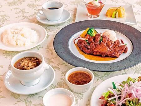 【お手軽洋食プランの夕食/例】名張の牛汁、四日市のトンテキなど、三重県の名物料理を取り入れた、ゆこゆこ限定のカジュアルな洋食コース
