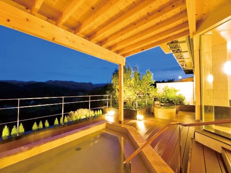 【名香の湯・露天風呂(夜)】自然美の満喫できる開放感たっぷりの露天風呂。 夜の星座、満天の月は格別です。
